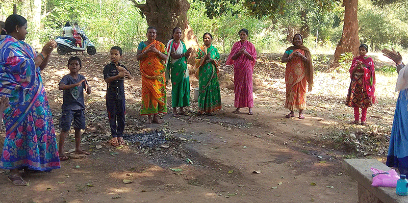 Sadhana teaching a group of kids and women on how to wash the hands to prevent Covid-19